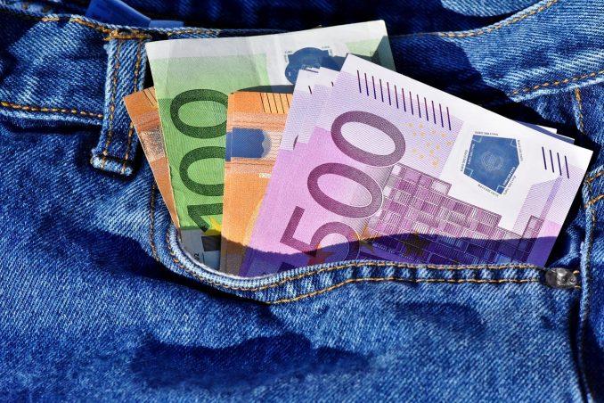 Euro-Geldscheine in Jeans