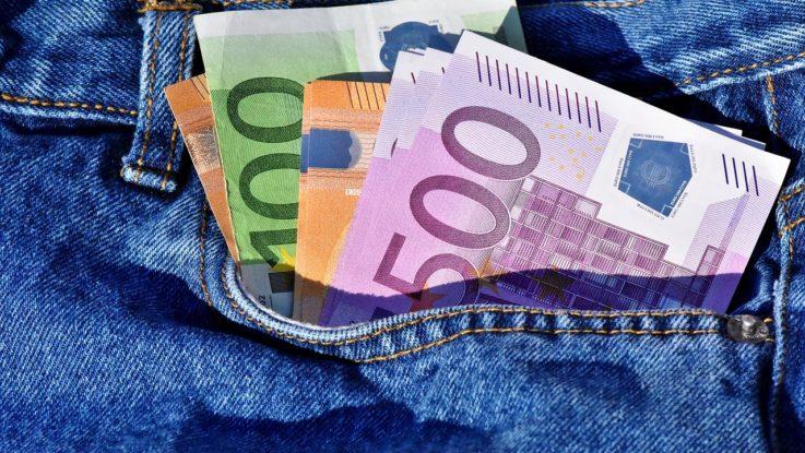 Euro-Geldscheine in der Hose