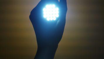 LED-Lampe in einer Hand