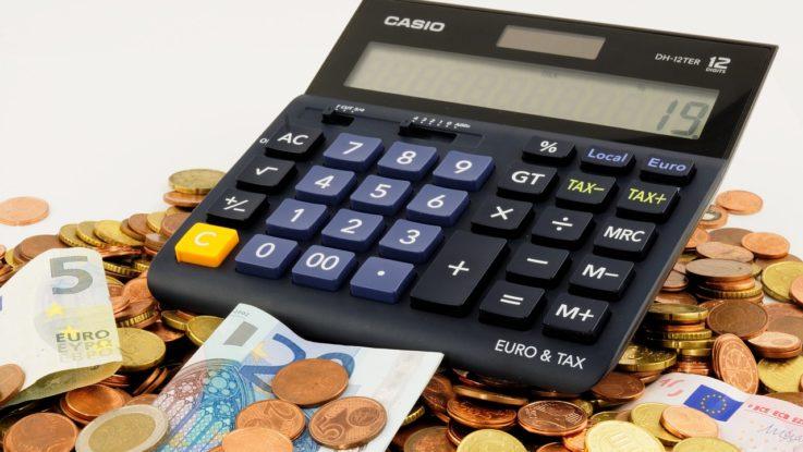 Geldstapel mit Taschenrechner