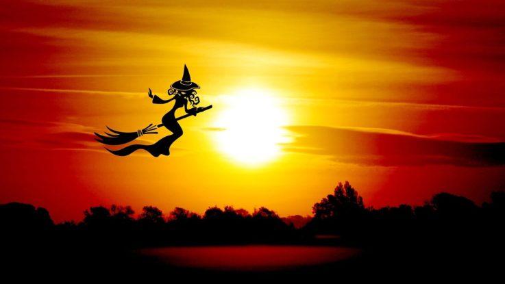 Hexe fliegt auf Besen