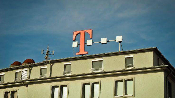 Fassade mit Werbung für Deutsche Telekom