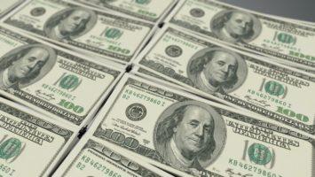 US-Dollar Scheine nebeneinander liegend