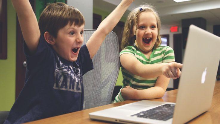Kinder spielen am PC - Online-Games wachsen weiter