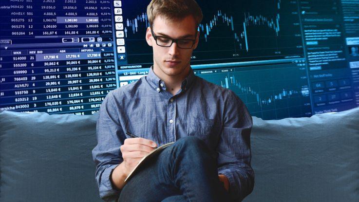 Investor bei der Aktienanalyse