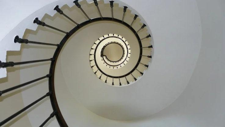 Steile Treppe nach oben