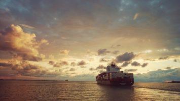 Containerschiff auf freier Fahrt